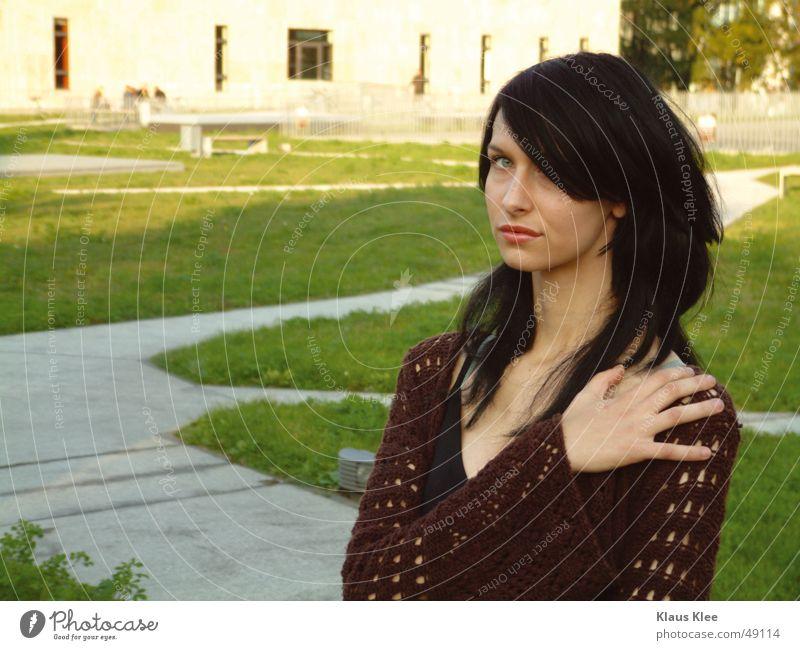 Kiako Wiese grün kurz ernst Dresden Beton Frau schön Außenaufnahme Trägheit kalt Muster hand saskia Gesicht sinnslich slub Passivität Strukturen & Formen