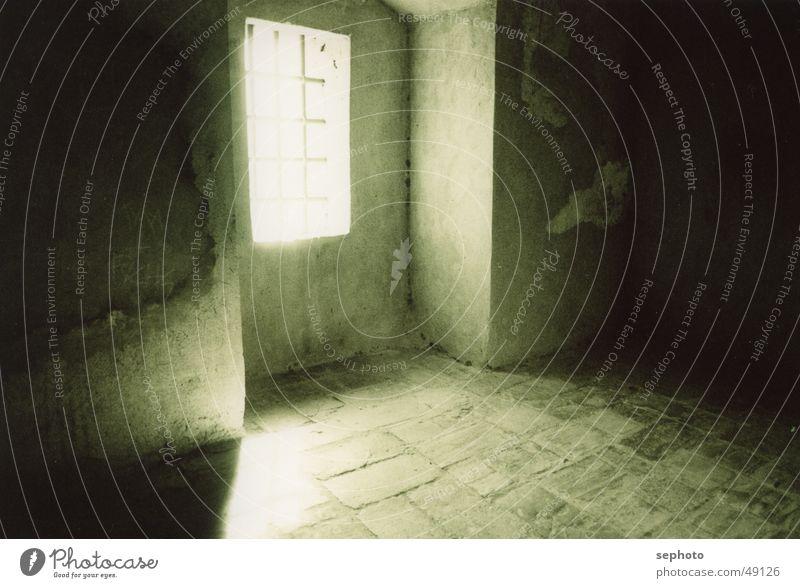 Hoffnungsschimmer Licht Altbau Gebäude Gitter Sonnenlicht Tunnel Malaga Andalusien Spanien Hintergrundbild ruhig gefangen Erkenntnis Berghang