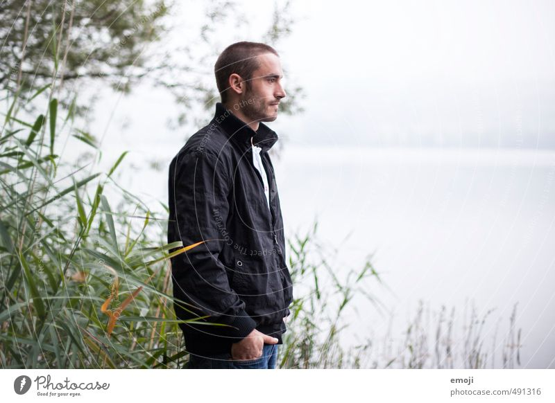 unbunt maskulin Junger Mann Jugendliche 1 Mensch 18-30 Jahre Erwachsene Umwelt Natur Herbst Nebel See natürlich grau Farbfoto Gedeckte Farben Außenaufnahme Tag