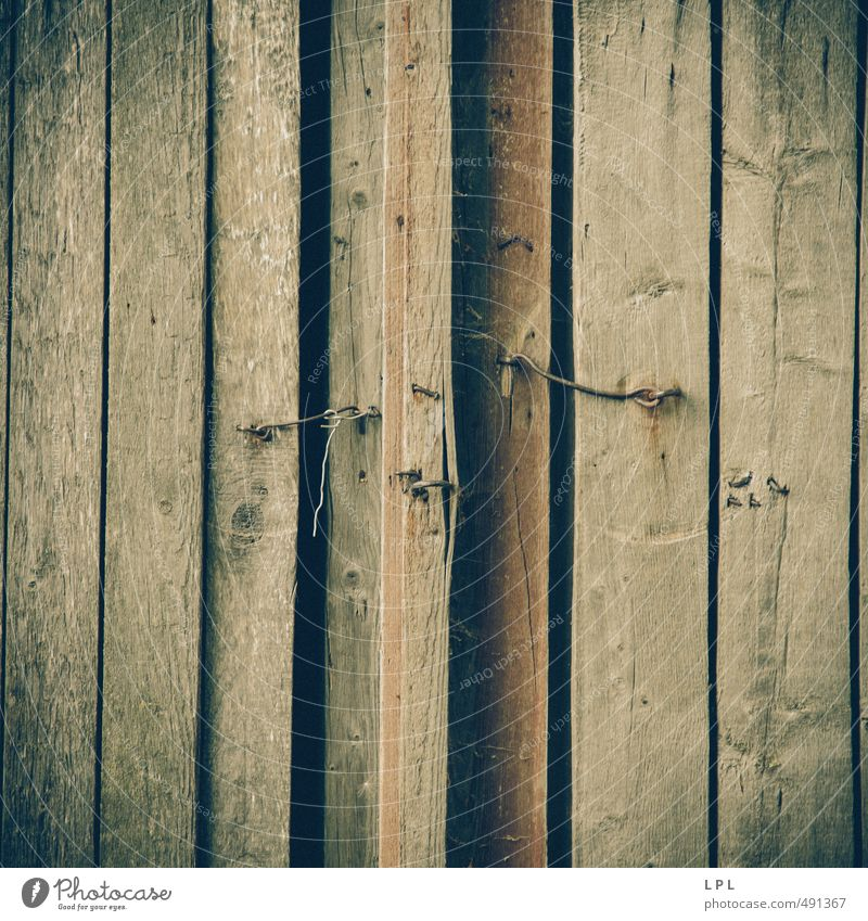 das Geheimnis hinter der Tür Dorf Hütte Mauer Wand bedrohlich Verschwiegenheit verstört türhaken Haken Scheune Scheunentor Holz Holzhaus Armut Armutsgrenze