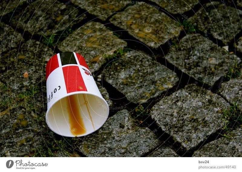 kaffeebecher Kopfsteinpflaster Becher Pappbecher leer hart Kaffee Stein Bodenbelag coffee close ruhig
