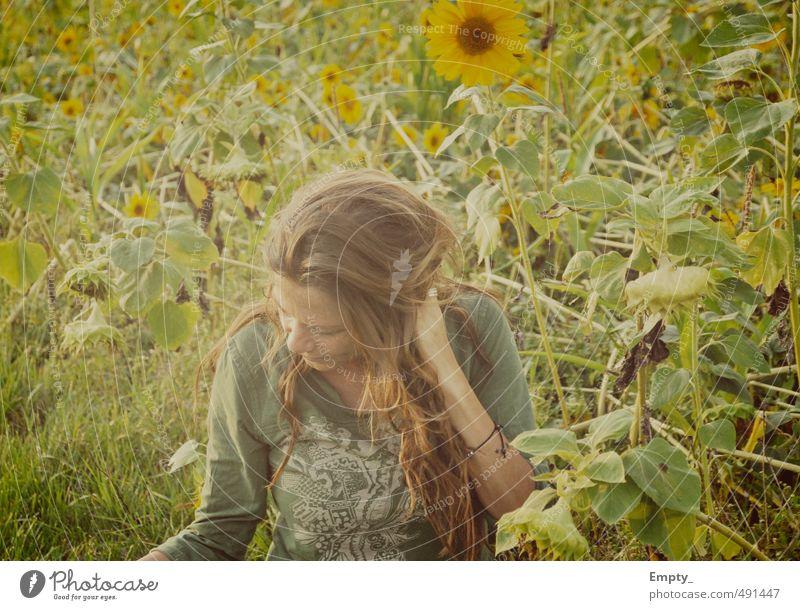 die muddi sommer wiese mensch frau warm haare sonnenblume sonnenblumenfeld blätter