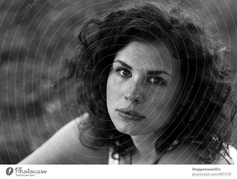 Naturschönheit Mensch feminin Junge Frau Jugendliche Gesicht Mund 1 18-30 Jahre Erwachsene langhaarig Locken Freundlichkeit frisch Gesundheit positiv