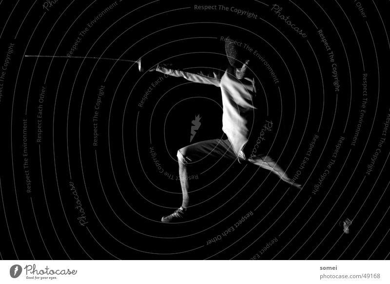 Ausfall seitlich Sport dunkel Körperhaltung Schutz Sportveranstaltung Sportler Waffe Kampfsport Defensive Kämpfer Schwert Fechten Degen Schutzbekleidung