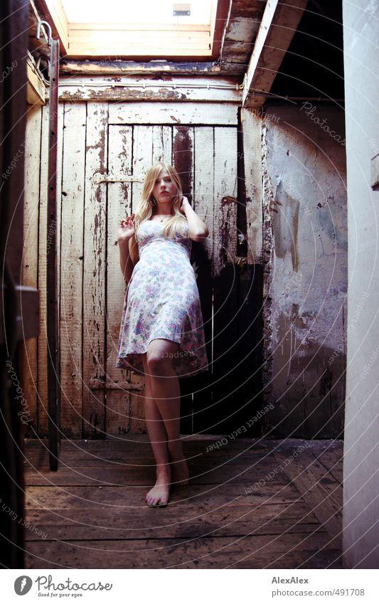 Dachgeflüster! Abenteuer Junge Frau Jugendliche Körper Beine 13-18 Jahre Kind Dachboden Oberlicht Holztür Dielenboden Sommerkleid Barfuß blond langhaarig