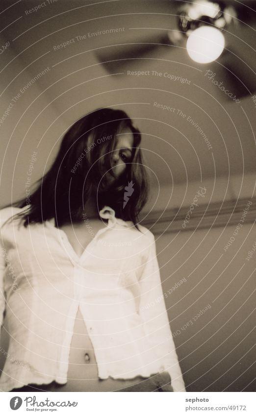 Coldsweat Hotel Raum Erotik Schwüle Physik Ventilator brünett Bauchnabel Bluse Stuck Lampe heiß weiß Wand Wärme Schwarzweißfoto Auge