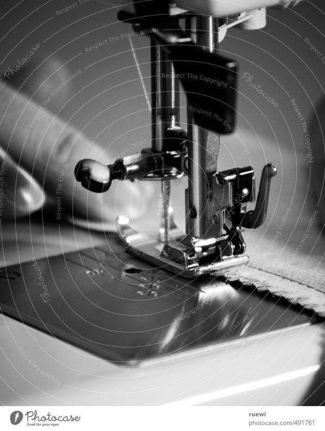 ...und sie sticht, sticht, sticht... Lifestyle Freizeit & Hobby Handarbeit Nähen Schneidern Arbeitsplatz Fabrik Handel Handwerk Textilindustrie Werkzeug