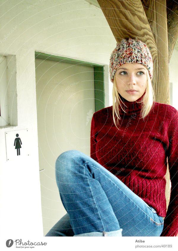 for girls only See Frau schön Herbst kalt Pullover blond süß Symbole & Metaphern Toilette warten jean Graffiti