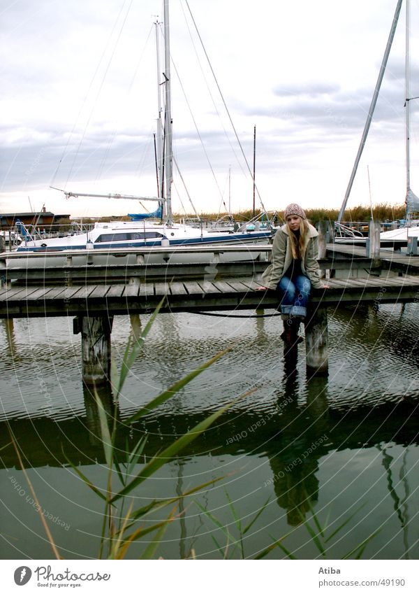 Am See ... #4 Frau Wasser Mädchen schön Himmel blau rot kalt Herbst Wasserfahrzeug blond süß geheimnisvoll Steg Pullover