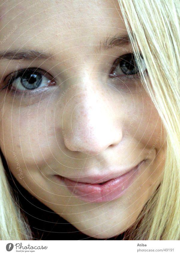 Blickkontakt Mädchen Frau blond süß schön blau Auge Mund Nase Haare & Frisuren Nahaufnahme Schatten Momentaufnahme