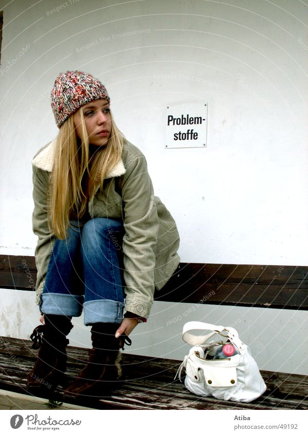 Problemstoff: Frau Mädchen kalt Herbst warten blond sitzen Bank Stoff Jacke Tasche Problematik