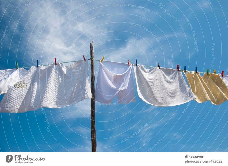Wäschetrocknung am Seil draußen an einem sonnigen Tag Sonne Luft Himmel Wind Bekleidung T-Shirt Hemd Hose Unterwäsche Linie hängen frisch hell Sauberkeit blau