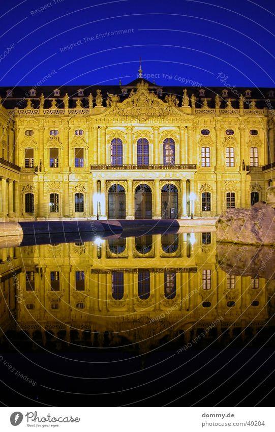 Residenz Würzburg Fenster gelb Nacht Dämmerung Brunnen Spiegel Reflexion & Spiegelung Langzeitbelichtung alt barrok Tür flügen sach blau Domizil