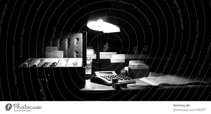 Kassensturz Sturz zählen schwarz weiß Geldmünzen Geldscheine Papier Taschenrechner Schreibtischlampe Lampe Buch Buchführung Langzeitbelichtung kasette alt