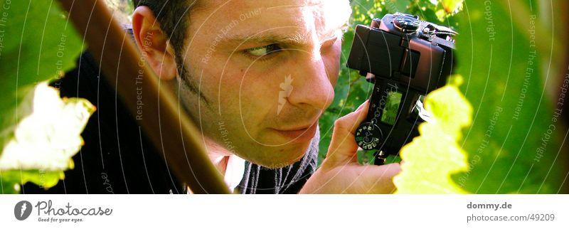 den treffe ich ... Mann Sonne grün Sommer Blatt Auge Mund Nase sitzen Ohr Fotokamera Bart Fotograf Verabredung Fotografieren Kerl
