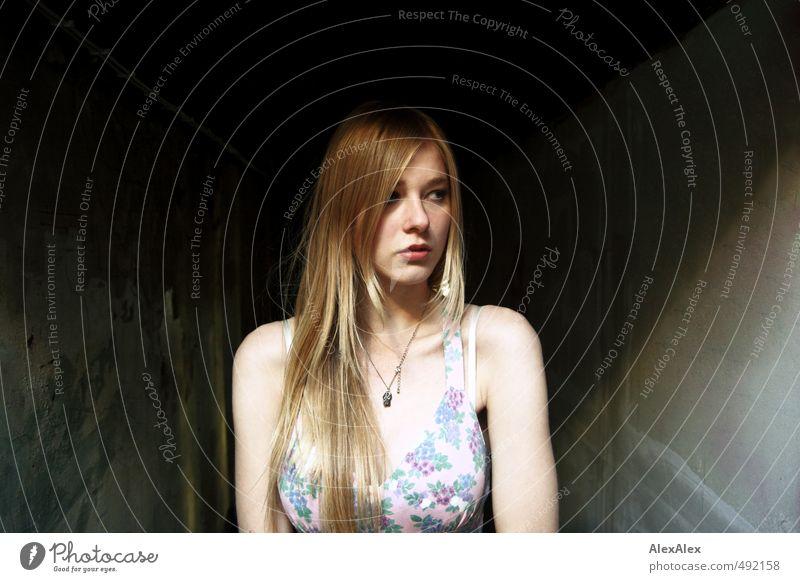 Die relative Mitte Junge Frau Jugendliche Haare & Frisuren Gesicht Schulter 13-18 Jahre Kind Dachboden Wand Kleid Schmuck blond langhaarig Beton beobachten