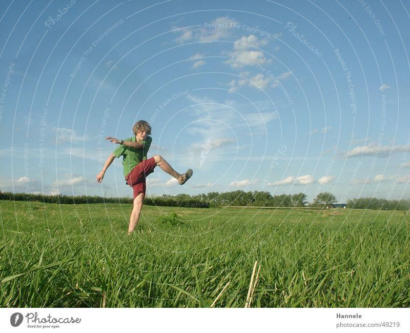 Freistoß Himmel Natur grün Sonne Sommer Freude Wolken Landschaft Wiese Spielen Freiheit maskulin Ball Flüssigkeit Locken Ballsport