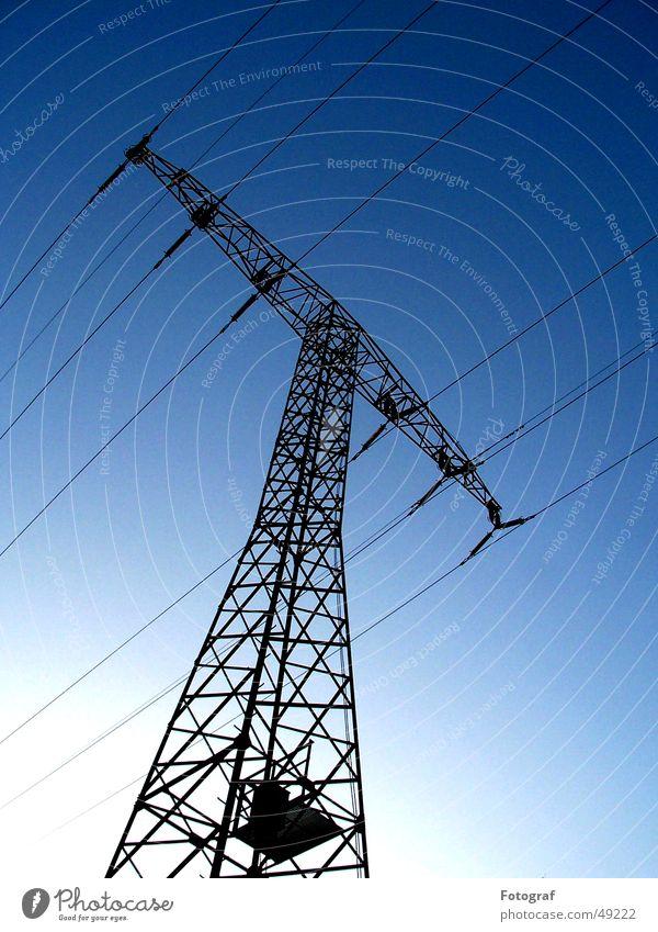 Brrrzt! Himmel weiß blau Metall Energie groß Energiewirtschaft Elektrizität Kabel Stahl Eisen ökologisch elektronisch Verlauf Baugerüst Ständer