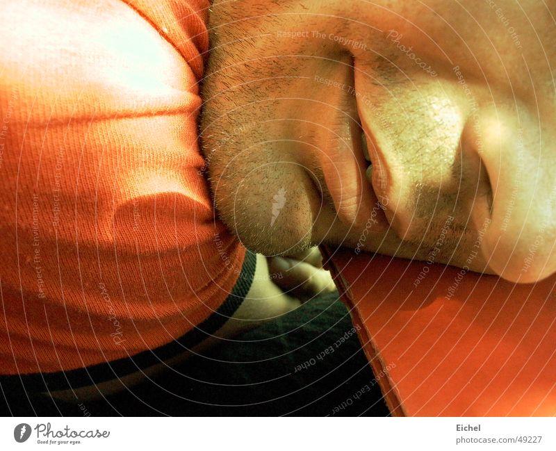 Pause machen ruhig Müdigkeit Sommer Tisch Dreitagebart orange-rot Sonne Nase Mund Gesicht Erschöpfung flau