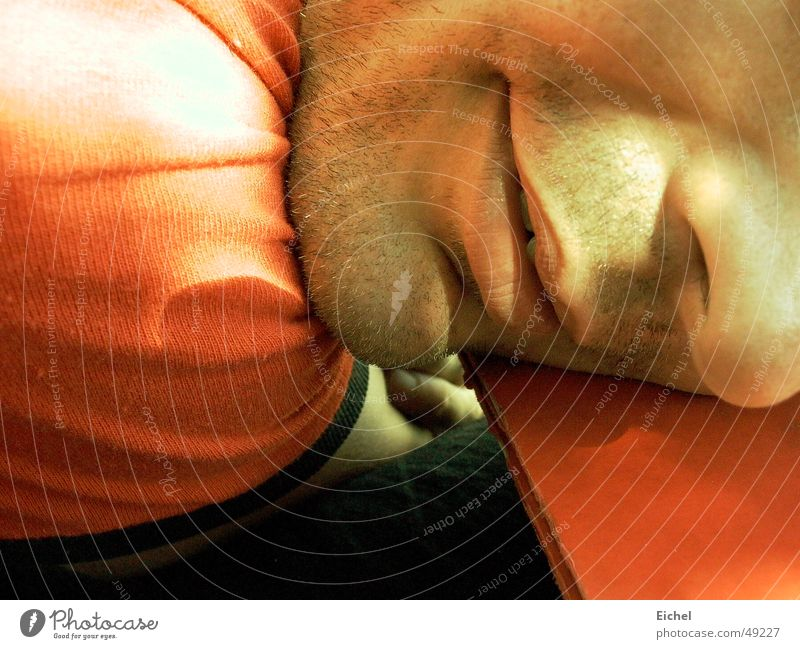 Pause machen Sonne Sommer Gesicht ruhig Mund Nase Tisch Müdigkeit Erschöpfung flau Dreitagebart orange-rot