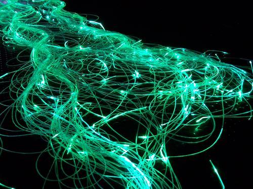 rot Licht glühen Langzeitbelichtung Unschärfe grün Wellen chaotisch durcheinander Bündel Elektrizität dunkel Neonlicht Windung verrückt Richtung Lichtspiel