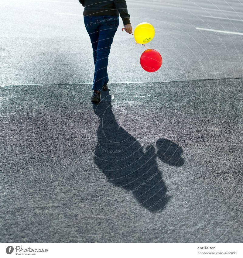Balloonwalk Mensch Frau Jugendliche Hand rot Junge Frau 18-30 Jahre Erwachsene gelb Straße feminin Feste & Feiern gehen Beine Fuß Party