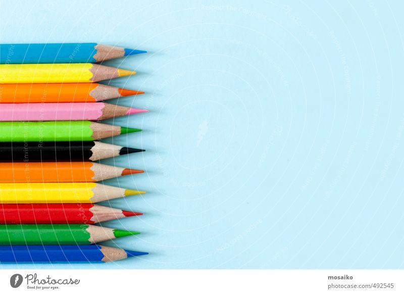 Farbstifte auf blauem Hintergrund - ruhiger Pastellton Design Bildung Kindergarten Schule Büro Schreibstift zeichnen mehrfarbig gelb grün rot Business Farbe