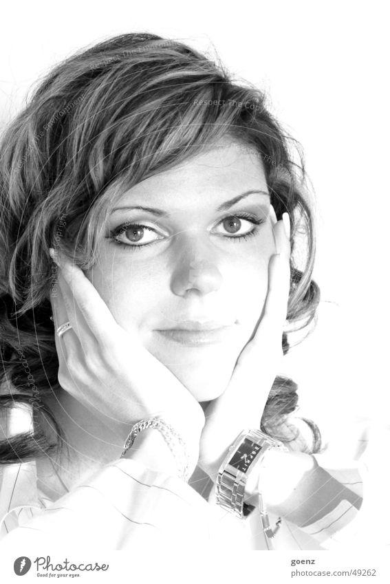 Shooting 2 Frau schön Model Beautyfotografie brünett schwarz weiß Uhr Hand verträumt Sehnsucht Gesicht Ohrringe ausdrucksstark Auge Mund Schwarzweißfoto Blick
