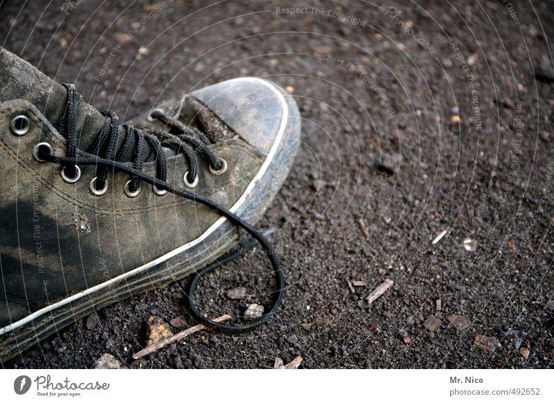 schuh des manitu alt grau Stil Mode dreckig Schuhe Lifestyle stehen Bekleidung kaputt Chucks Abnutzung gebraucht kultig Schuhbänder abgelaufen