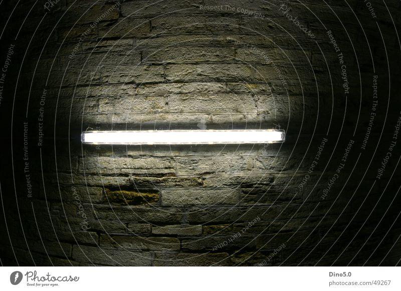 Leuchtstoff Leuchtstoffröhre Licht Nacht Langzeitbelichtung Fischauge Weitwinkel Beleuchtung dunkel kaputt Tunnel hell Decke über kopf Schatten Stein
