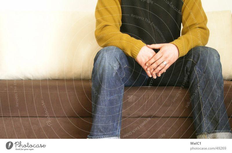 Sitz 01! Mann Pullover Weste Hand Sofa Warteraum sitzen warten Jeanshose Detailaufnahme