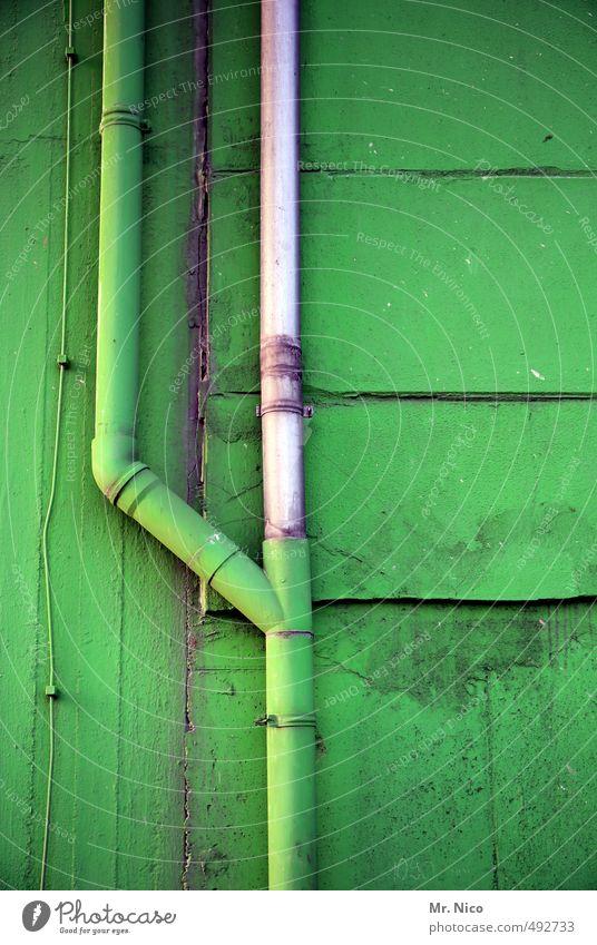 Tarnrohr Technik & Technologie Industrieanlage Fabrik Gebäude Mauer Wand Fassade grün Abzweigung Rohrleitung Abwasser Kabel Anstrich Halle dreckig parallel