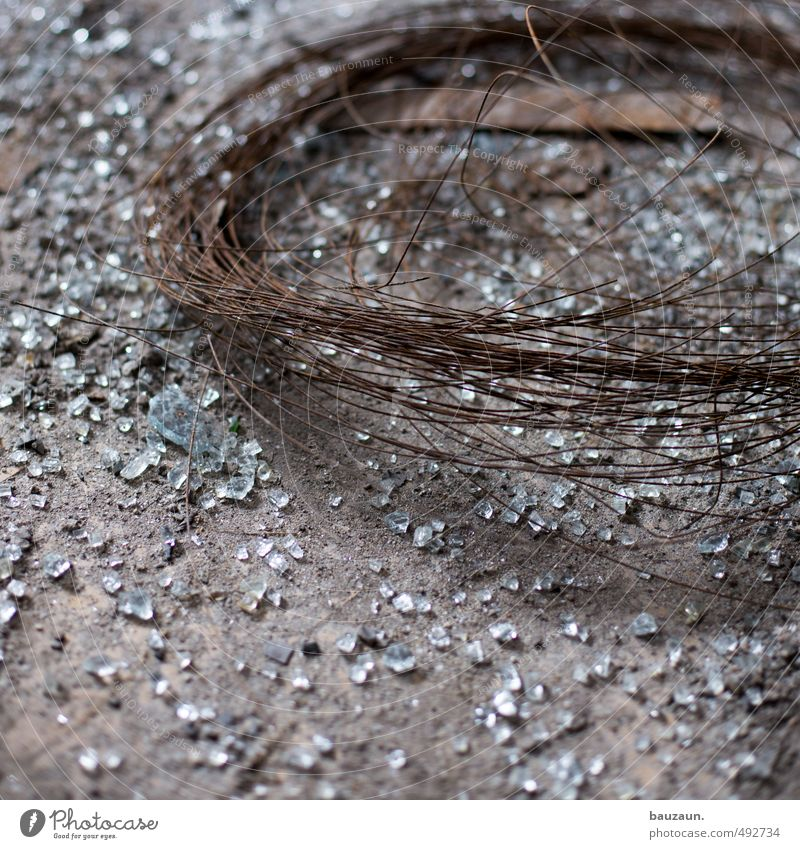 scherben. Traurigkeit grau Metall glänzend leuchten Glas Beton bedrohlich kaputt Vergänglichkeit fallen Verfall Rost Konflikt & Streit Irritation trashig
