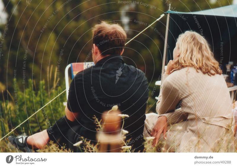 Camping Frau Mensch Mann Ferien & Urlaub & Reisen Gras Paar sitzen paarweise Dame Kerl Zelt Kroatien Campingplatz Baška