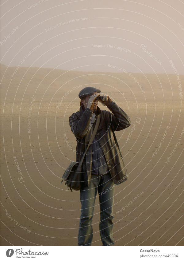 looking for somebody Mensch Mann Strand Ferne Sand Nebel Fernglas