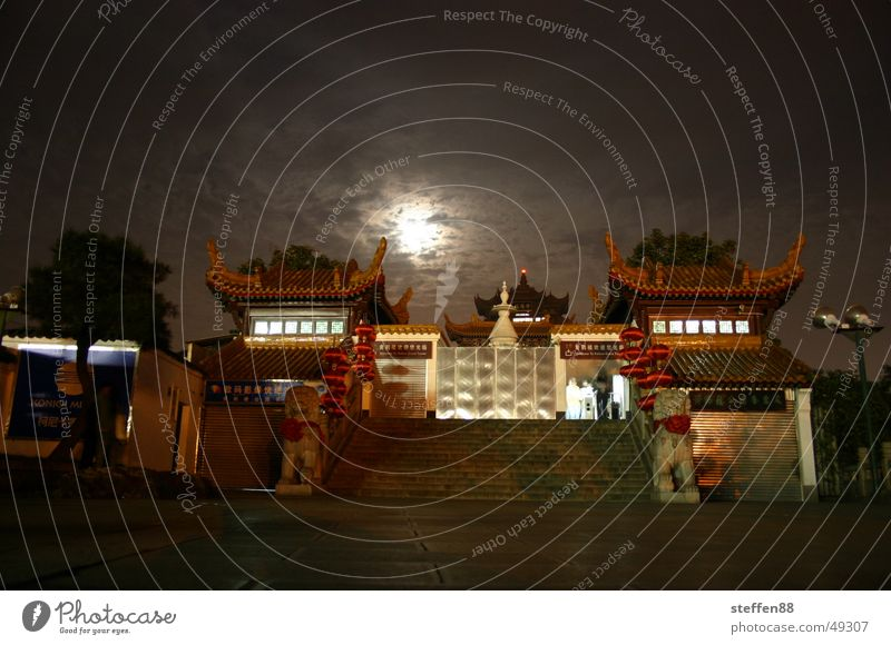 Mond hinter Wolken Eingang Tempel China geschlossen dunkel Licht Treppe