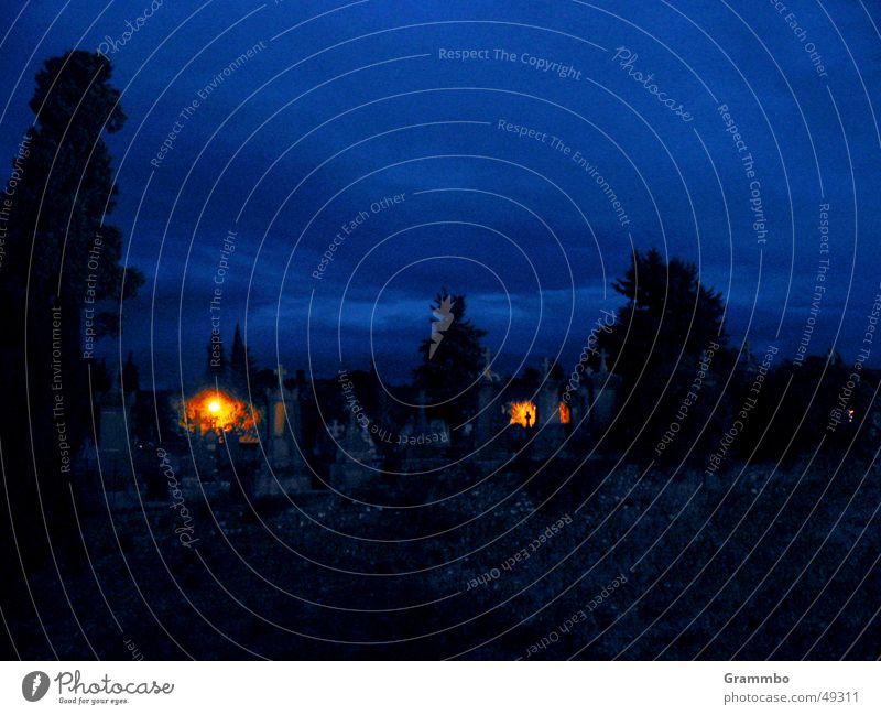 Geisterstunde Friedhof Grab Kerze blau Tod Rücken