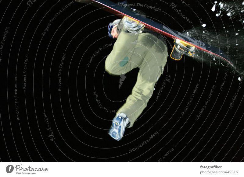 One-Footer springen frei Aktion gefährlich Coolness Körperhaltung Snowboard Freestyle Snowboarding Snowboarder Vor dunklem Hintergrund