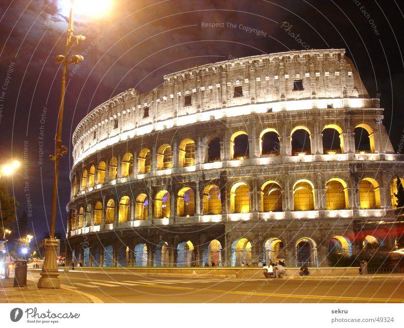 kolossal Kolosseum Rom Nacht Beleuchtung Langzeitbelichtung dunkel Italien historisch Gebäude Ruine Abend beeindruckend Macht Lampe Straßenbeleuchtung Wolken