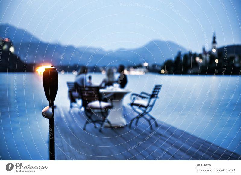 Abendessen am See Mensch Ferien & Urlaub & Reisen Wasser Erwachsene feminin Stil Essen Feste & Feiern Stimmung maskulin Kirche Tisch genießen Feuer Romantik