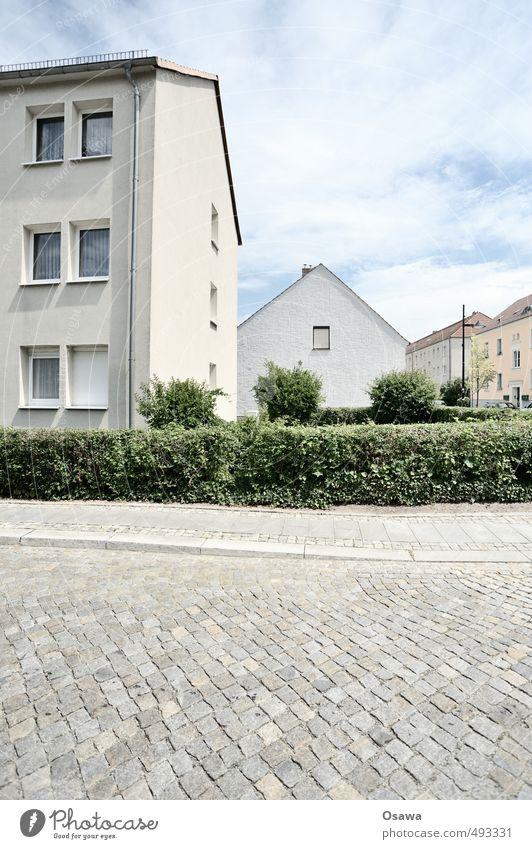 Siedlung Stadt Wohngebiet Straße Kopfsteinpflaster Haus Wohnhaus Wohnsiedlung Gedeckte Farben Hecke Sommer grün grau weiß blau Himmel Wolken bedeckt Sonnenlicht