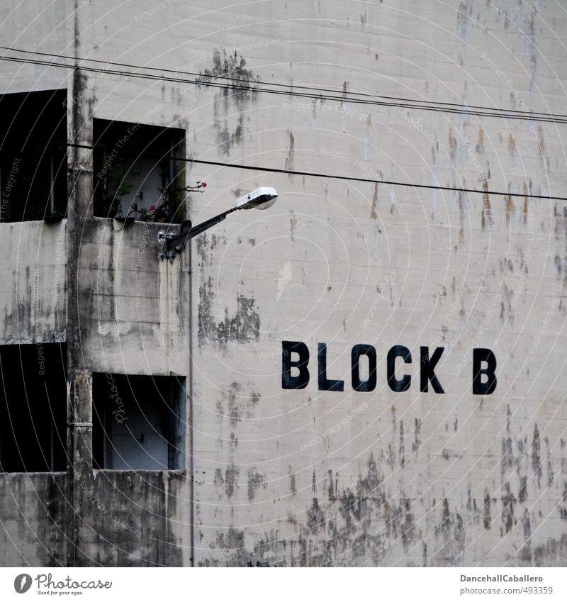 Block B alt Stadt Haus schwarz dunkel kalt Graffiti Wand Mauer Gebäude grau Stil Fassade Wohnung dreckig Häusliches Leben