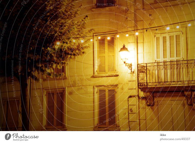 Provence Light ruhig Haus gelb Lampe Wand Fenster Fassade schlafen Laterne Balkon Geländer Fensterladen Nachtaufnahme Lichterkette Lamelle Mitternacht