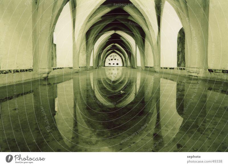 Undergroundvilla Wasser ruhig kalt Tod Garten See Zufriedenheit Stimmung Raum Brunnen Hintergrundbild Spiegel Mitte Tunnel Spanien Süden