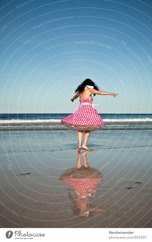 Fliegen Lifestyle elegant Stil Freude Leben Zufriedenheit Sommer Sonne Wellen Tanzen Mensch Frau Erwachsene Tänzer Strand Meer Mode Kleid schwarzhaarig Bewegung
