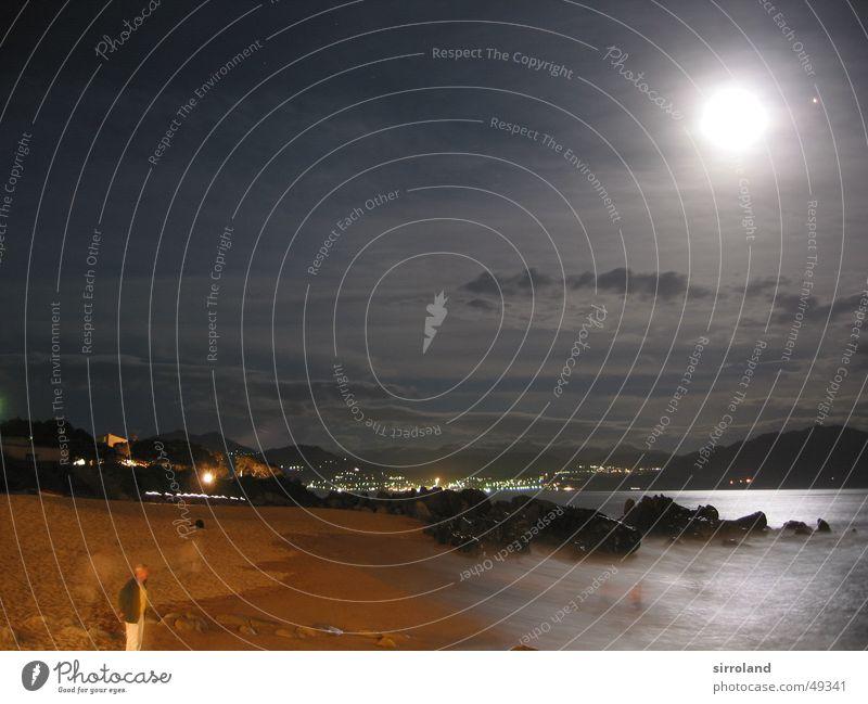 Stürmisches Mittelmeer Strand Nacht grell Meer schwarz gelb braun Brandung tosend Gischt Wellen Klippe Wolken Korsika Propriano Frankreich Langzeitbelichtung