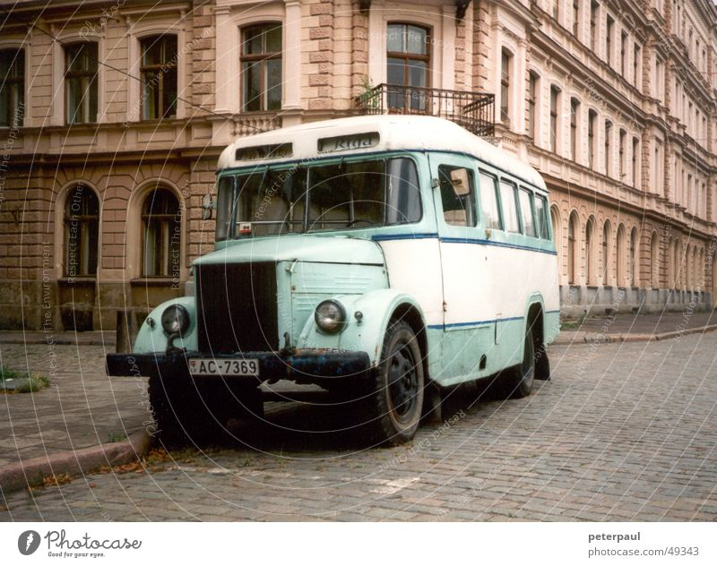 Omnibus Riga Stadt Straße Bus Straßenbelag Oldtimer Straßenrand Verkehrsmittel Lettland Osteuropa