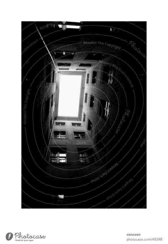 Licht oben Fenster Perspektive Tunnel Hinterhof Spalte Justizvollzugsanstalt Innenhof