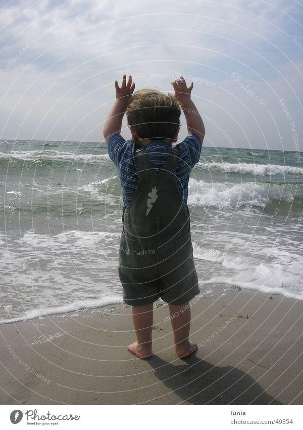 Der kleine Mann und das Meer Kind Wasser Sonne Sommer Strand Ferien & Urlaub & Reisen Junge Sand Baby Wellen Kleinkind Ostsee Dänemark