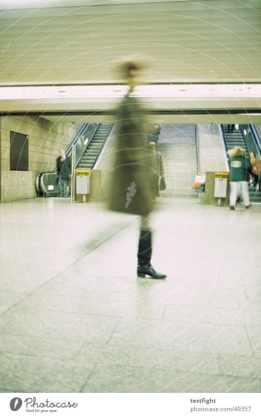 unterführung Mensch Bewegung Beleuchtung Eisenbahn U-Bahn Bahnhof Wegweiser Stuttgart London Underground S-Bahn Rolltreppe Unterführung Hauptbahnhof